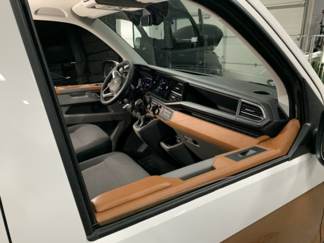 VW Transporter 6.1 konjakinruskea